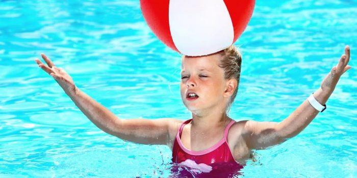 Giochi in piscina come divertirsi con gli amici se si ha una piscina - Bambini in piscina a 3 anni ...