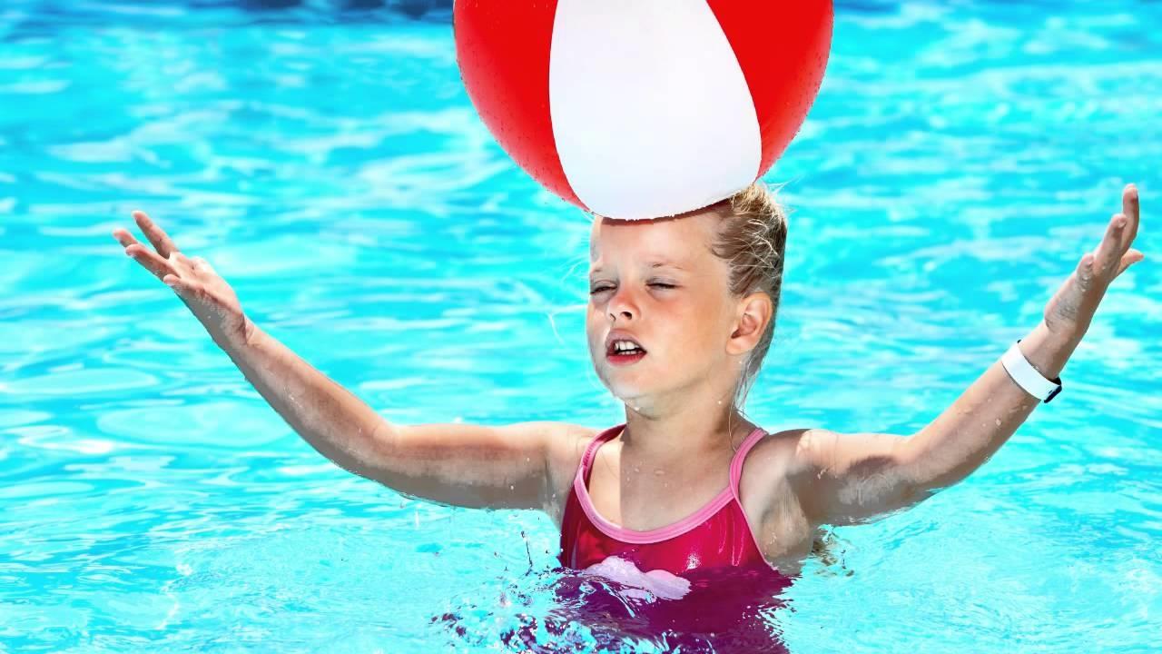 Giochi in piscina, divertimento assicurato per grandi e bambini