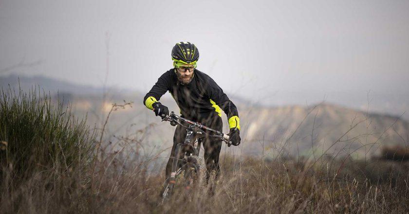 Consigli su come scegliere il giusto abbigliamento quando andiamo in mountain bike in compagnia